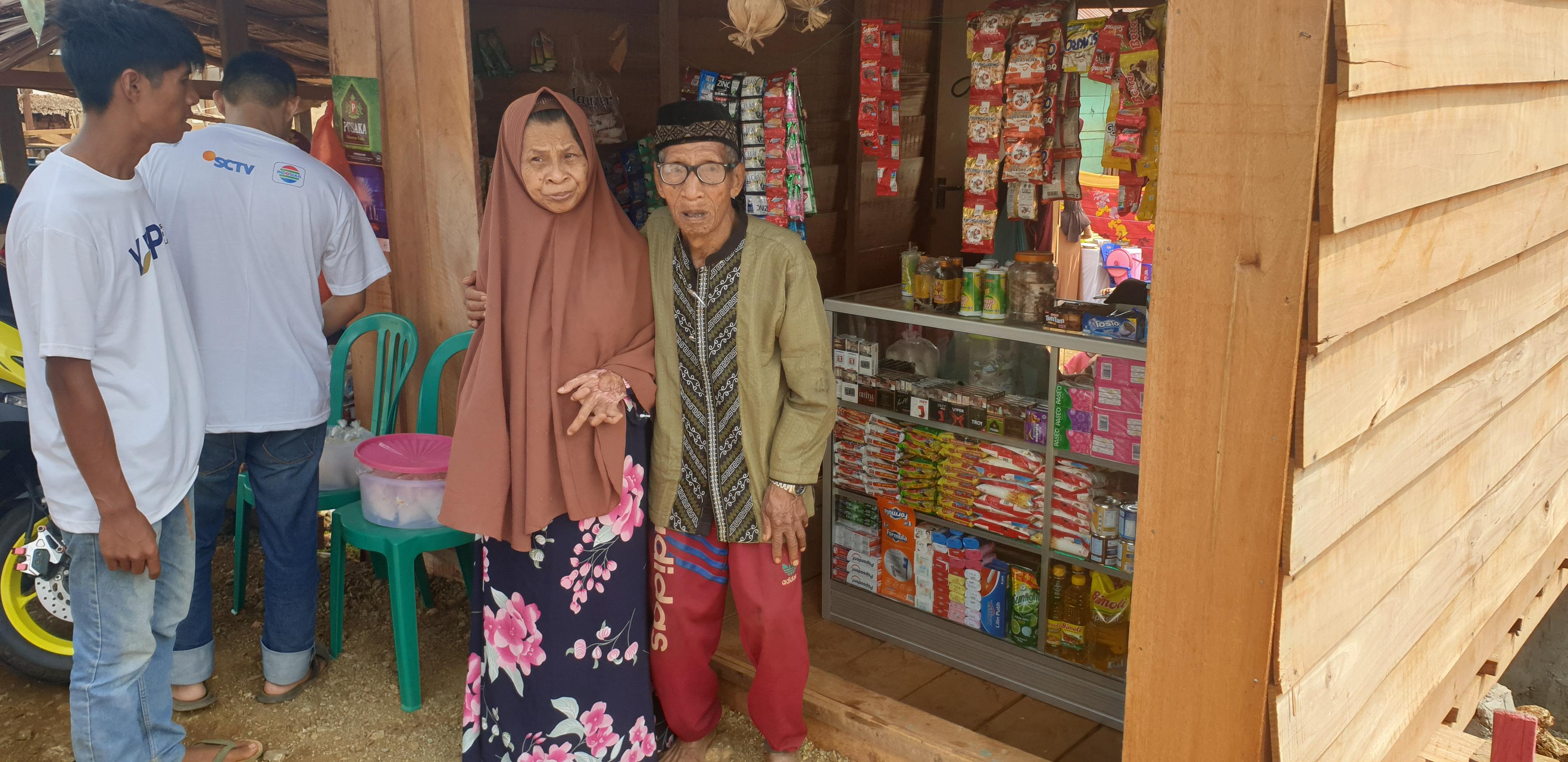 Kake Taher dan Ibu Nuru di depan warung sembako hasil donasi masyarakat